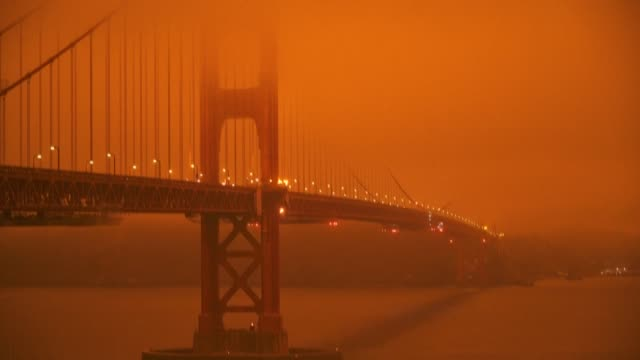 vídeos de stock e filmes b-roll de san francisco has a deep orange-tinted sky in the morning from a thick fog of smoke caused by the outbreak of wildfires across northern california... - san francisco california