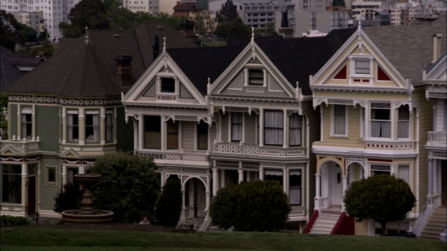 stockvideo's en b-roll-footage met san francisco houses line a street. available in hd. - victoriaanse stijl