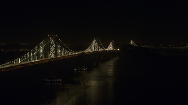 vídeos de stock e filmes b-roll de san francisco oakland bay bridge night aerial - san francisco oakland bay bridge