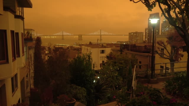 vidéos et rushes de ciel orange de san francisco pendant l'incendie de forêt de la californie - san francisco california