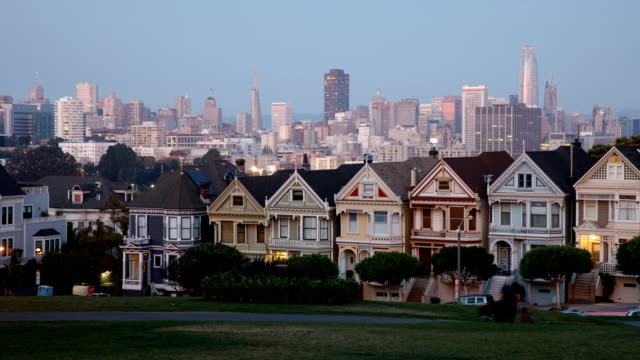 vídeos y material grabado en eventos de stock de san francisco painted ladies alamo square park and houses at sunset view - san francisco