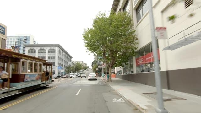vídeos de stock, filmes e b-roll de san francisco suburb xii série sincronizada vista dianteira que conduz a placa do processo - placa de processo