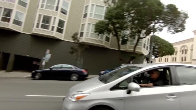 vídeos de stock, filmes e b-roll de san francisco suburb xiii série sincronizada vista direita que conduz a placa do processo - placa de processo