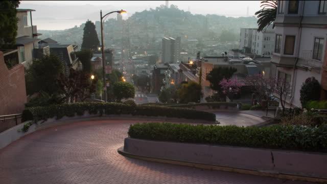 san francisco soluppgången vid berömda lombard street - lombard street san francisco bildbanksvideor och videomaterial från bakom kulisserna