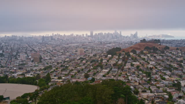 aerial san francisco viewed from the bernal heights park - grandangolo tecnica fotografica video stock e b–roll