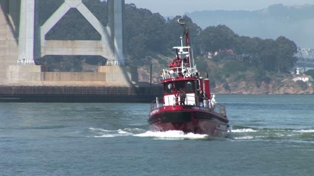 san franciscofireboat cruising in san francisco bay in san francisco united states - norra stilla havet bildbanksvideor och videomaterial från bakom kulisserna
