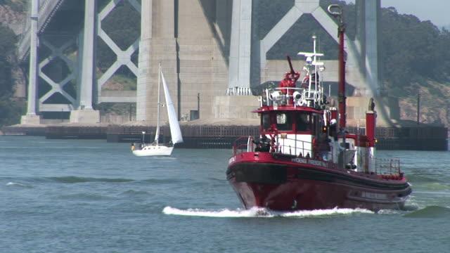 vidéos et rushes de san franciscofireboat cruising in san francisco bay in san francisco united states - bras mort de cours d'eau