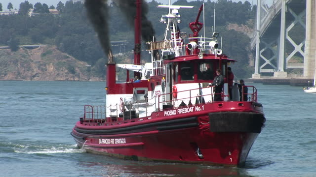 vidéos et rushes de san franciscofireboat in san francisco united states - aller tranquillement