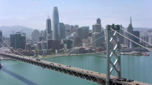 vidéos et rushes de antenne de san francisco-oakland bay bridge en californie - san francisco california