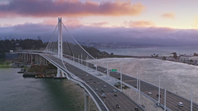 antenne-san francisco-oakland bay bridge in richtung der yerba buena island bei sonnenuntergang - nordkalifornien stock-videos und b-roll-filmmaterial