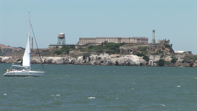 vidéos et rushes de san franciscoview of alcatraz island in san francisco united states - aller tranquillement
