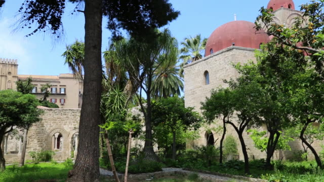 san giovanni degli eremiti church, view of the gardens, palermo, sicily - cristianesimo video stock e b–roll