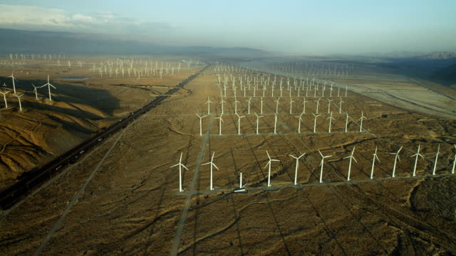 san gorgonio pass wind farm in california - attrezzatura industriale video stock e b–roll