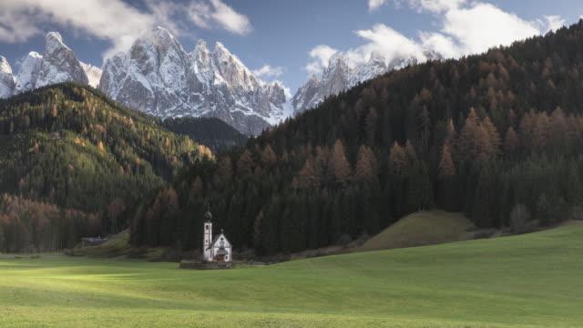 vídeos de stock e filmes b-roll de san johann church in the val di funes, dolomites, italy. - valley