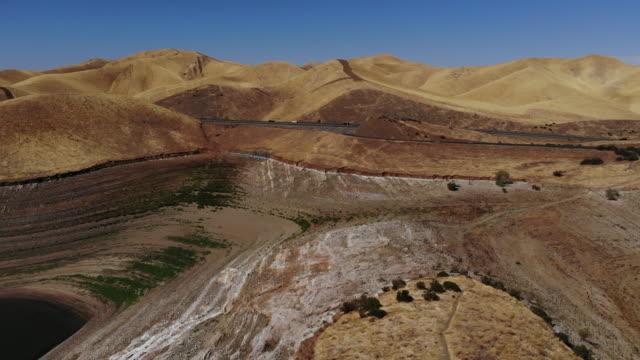 stockvideo's en b-roll-footage met san luis reservoir lage waterstanden tijdens droogte - stuwmeer