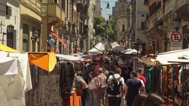 san telmo markt in buenos aires argentinien - marktstand stock-videos und b-roll-filmmaterial
