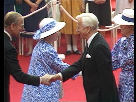 vídeos de stock, filmes e b-roll de sanctions england london queen elizabeth ii and prince philip prince of edinburgh greeting richard von weizacker west german president pince charles... - 1986