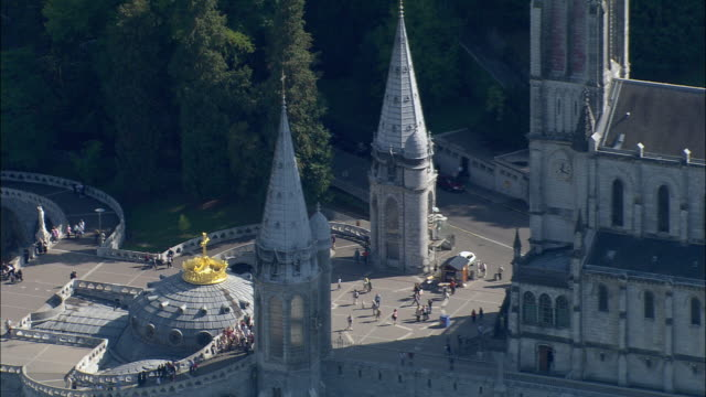 zo, aerial, sanctuary of our lady of lourdes, lourdes, midi-pyrenees, france - basilika stock-videos und b-roll-filmmaterial