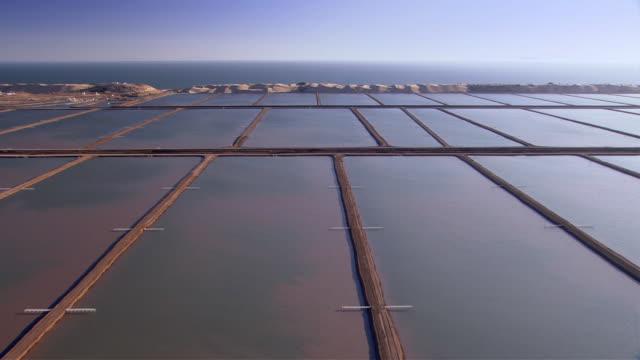 vídeos de stock e filmes b-roll de sand bars separate portions of a water reservoir. available in hd. - banco de areia