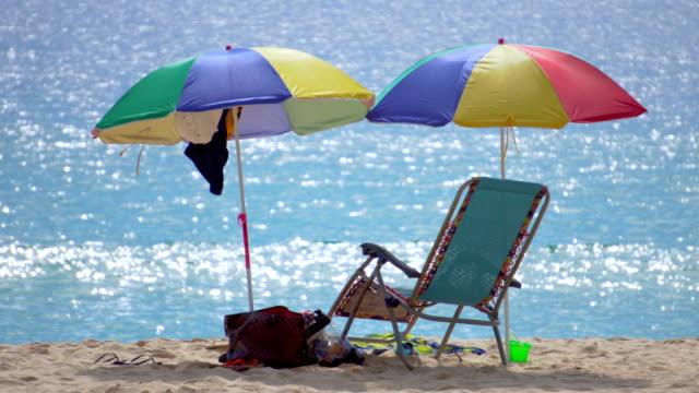 vídeos y material grabado en eventos de stock de playa arena y sombrilla en la playa - mar de andamán