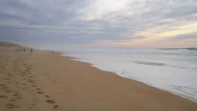 sand beach at the atlantic ocean cote d´argent near the village vieux-boucau-les-bains. vieux-boucau-les-bains, landes departement, aquitane, nouvelle-aquitaine, marensin-sud, maremne adour côte sud, france, europe, atlantic ocean. - nouvelle aquitaine stock videos & royalty-free footage