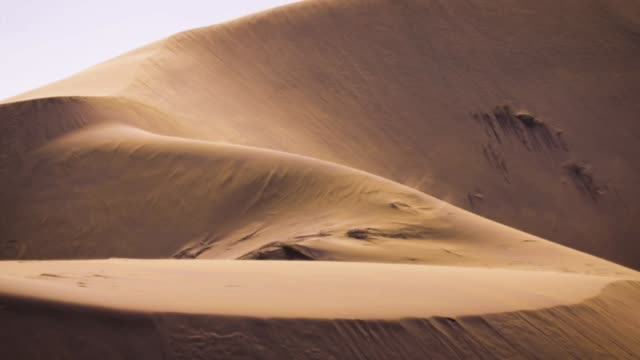 sand blowing over the dunes, slowmotion - curve stock videos & royalty-free footage
