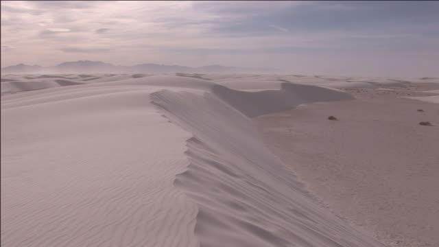 vídeos y material grabado en eventos de stock de sand blows off the top of a sand dune in white sands national monument. - monumento nacional