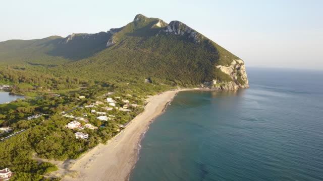 vídeos de stock, filmes e b-roll de sand dune in sabaudia and luxury villas on the beach - drone view - invertebrado