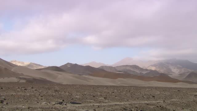 """""""sand dunes and sandy mountains in differing shades, lambayeque valley, peru"""" - romantische stimmung stock-videos und b-roll-filmmaterial"""
