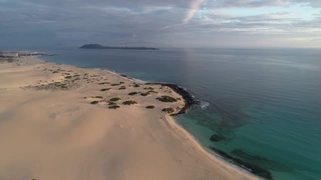 sand dunes at park natural de corralejo, fuerteventura, canary islands, spain, atlantic, europe - insel stock-videos und b-roll-filmmaterial