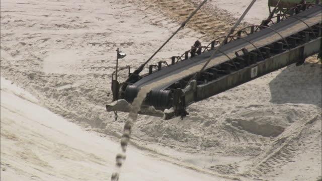 ha cu sand falling off conveyor belt at potassium mine, thuringia, germany - potassium stock videos & royalty-free footage
