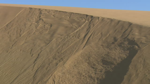 sand falls down a steep sand dune in the desert. available in hd. - sand dune stock videos & royalty-free footage