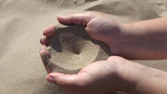 sand palmen - menschlicher finger stock-videos und b-roll-filmmaterial