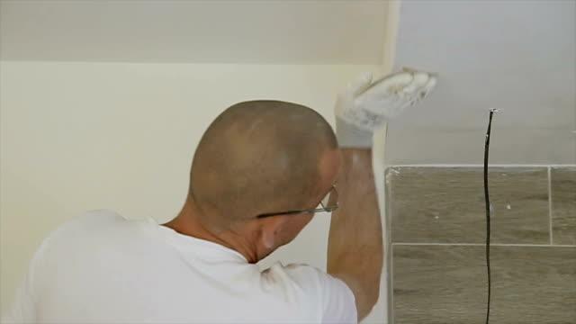 vídeos de stock, filmes e b-roll de papel da areia sobre o teto de gesso para polimento - lixadeira