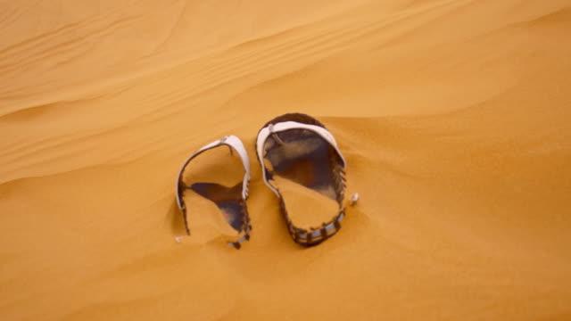 SLO MO sandálias no Deserto