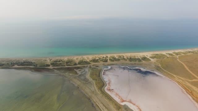 青い海と塩の湖間航空: 砂州 - 逆水点の映像素材/bロール