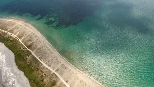 航空写真: 青い海と salt 湖の砂州のトップ ビュー - 逆水点の映像素材/bロール
