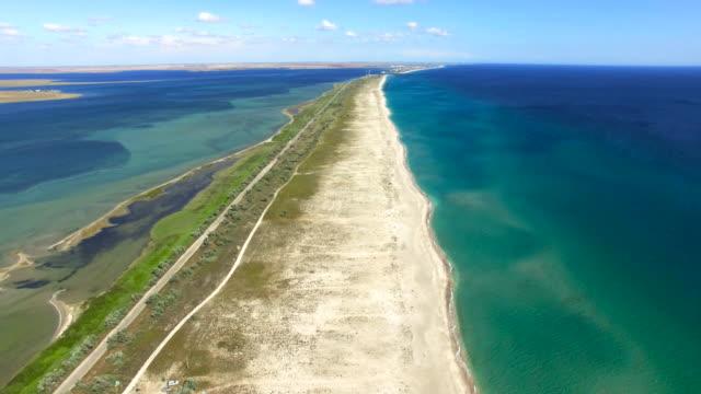 Antenne: Sandbank zwischen blauen Meer und Salzseen