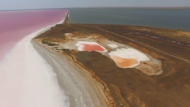 青い海や塩湖の間空中: 砂州 - クワッドコプター点の映像素材/bロール