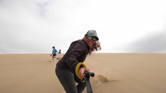 sandboarding in den sanddünen von oregon und absturz - erholung stock-videos und b-roll-filmmaterial