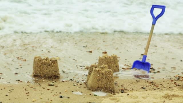 vídeos de stock e filmes b-roll de sandcastles - maré