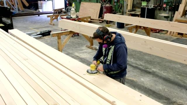 vídeos y material grabado en eventos de stock de lijar la madera en la fábrica de madera - madera material de construcción