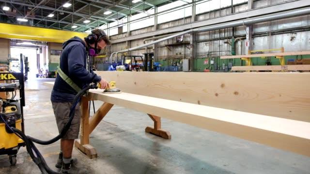 vídeos de stock e filmes b-roll de sanding wood in the lumber factory - one mid adult man only