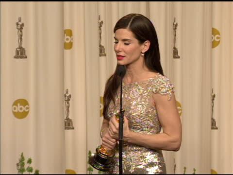 sandra bullock on kissing meryl streep. at the 82nd annual academy awards - press room at hollywood ca. - メリル・ストリープ点の映像素材/bロール