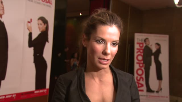 sandra bullock on us box office success, on enjoying the success, on screen chemistry with ryan at the the proposal premiere at london england. - chemistry点の映像素材/bロール