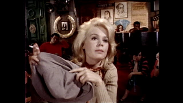 "vidéos et rushes de sandra dee on the set of her movie, ""dr., you've got to be kidding"" coffeehouse scene with actor, dwayne hickman and sandra dee on the mgm film stage. - actrice"
