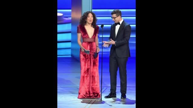 vídeos de stock, filmes e b-roll de sandra oh and andy samberg present onstage during the 70th emmy awards at microsoft theater on september 17 2018 in los angeles california - 70th annual primetime emmy awards