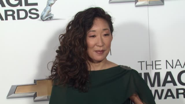 vidéos et rushes de sandra oh at 44th naacp image awards arrivals on 2/1/13 in los angeles ca - sandra oh