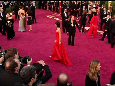 vidéos et rushes de sandra oh at the 2005 annual academy awards arrivals at the kodak theatre in hollywood california on february 28 2005 - sandra oh