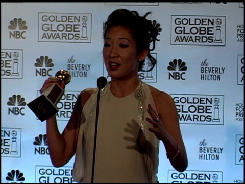 vidéos et rushes de sandra oh at the 2006 golden globe awards press room at the beverly hilton in beverly hills california on january 16 2006 - sandra oh